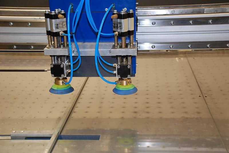Maschine zum automatischen Verkleben von Palettenbeinen